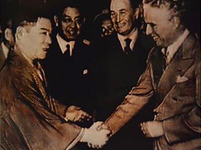 チャップリンと握手する曾我廼家五郎さん