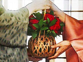 おちょやんネタバレあらすじ22週109話 栗子が花籠を渡すイラスト